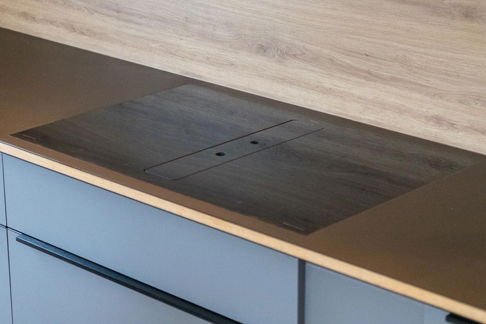 Induktionskochfeld mit Abzug (flächenbündig) in Küchenarbeitsplatte eingelassen