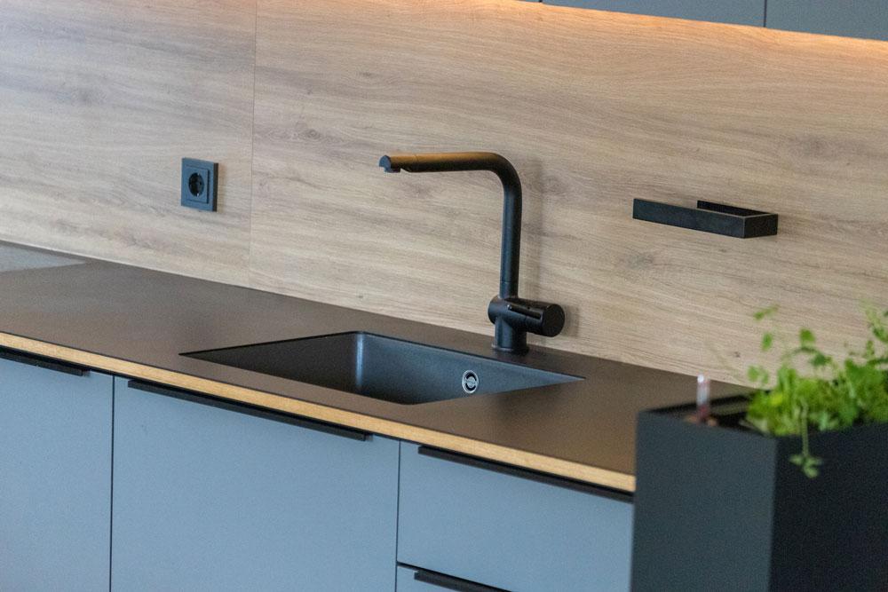 Spülbecken in Küchenarbeitsplatte eingelassen
