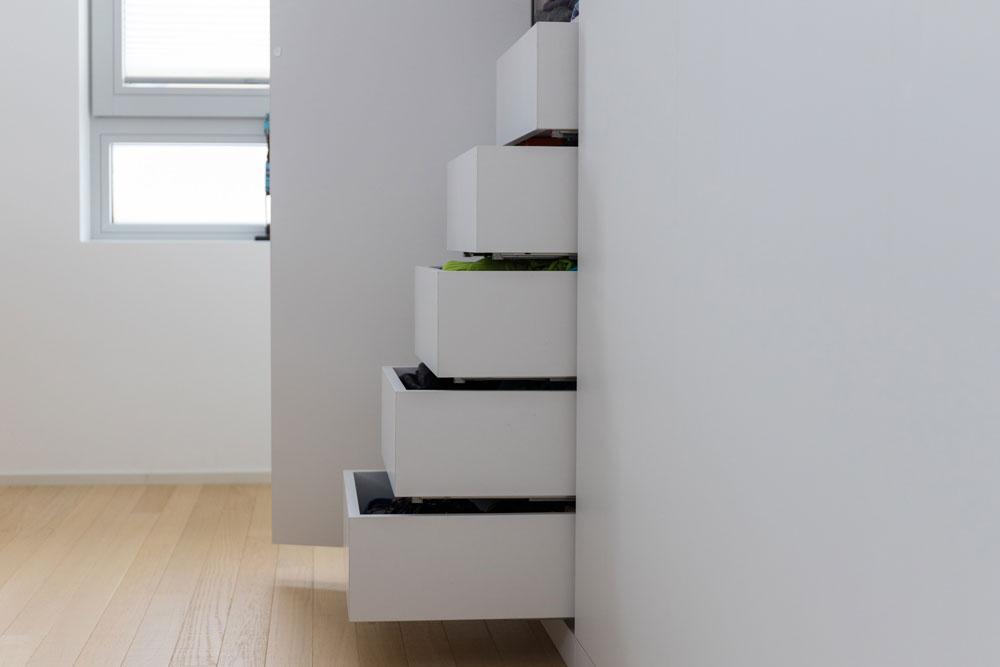 Kleiderschrank mit Schubladen