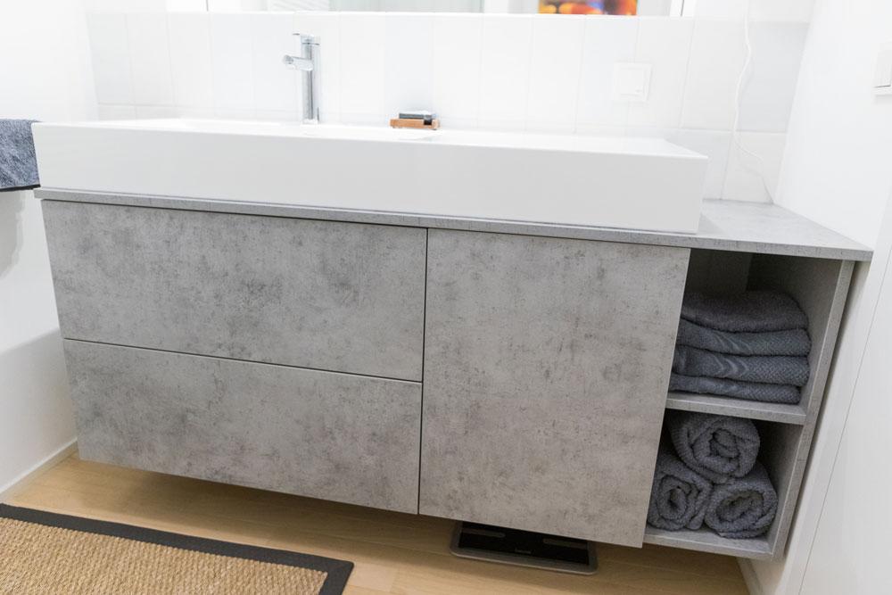 Waschbeckenunterschrank mit Schubladen und Handtuchfach schwebend