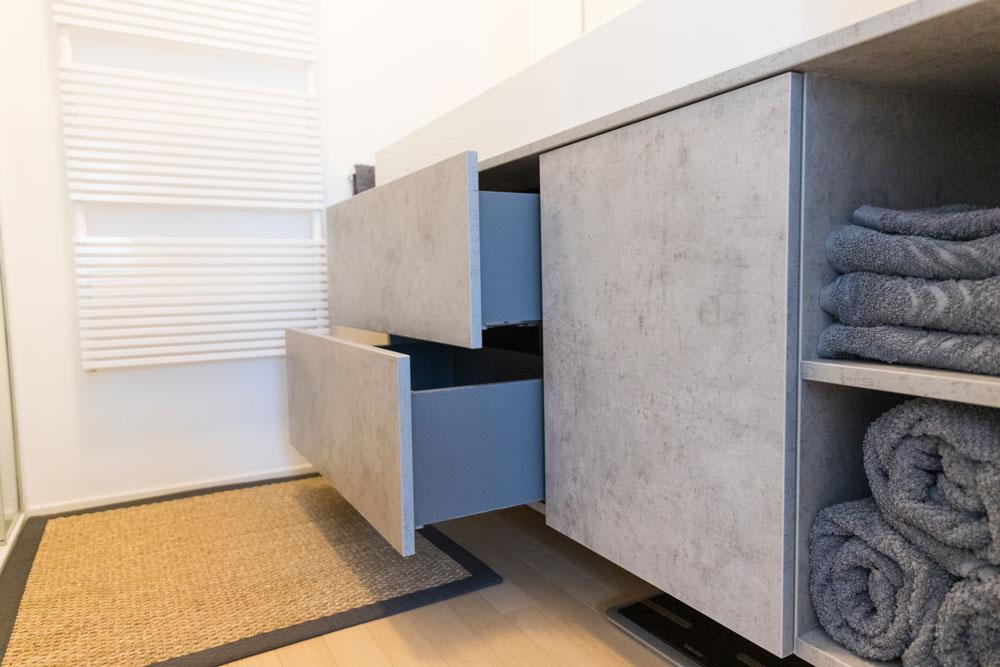 Waschbeckenunterschrank mit Schubladen und Handtuchfach | vom Tischler